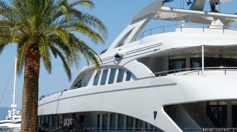 yacht 824259 1920 800x445 - Castros Enkelsohn schwelgt im Luxus