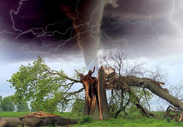 tornado 1193184 640 640x445 - Es braut sich ein perfekter Sturm zusammen, welcher die Wirtschaft treffen wird