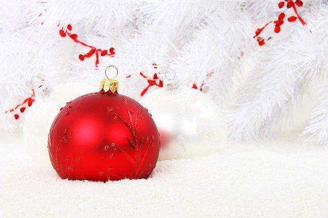 christmas bauble 15738 640 - Was sich Teenager in Amerika zu Weihnachten wünschen